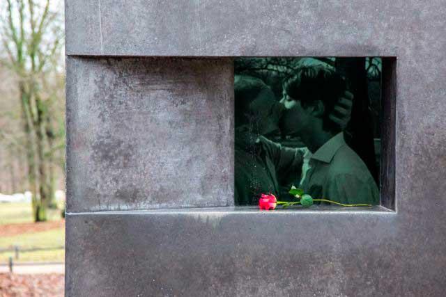 To kyssende unge mænd