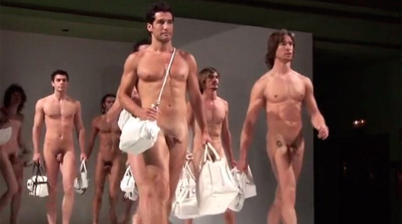 Modeller går nøgen-catwalk